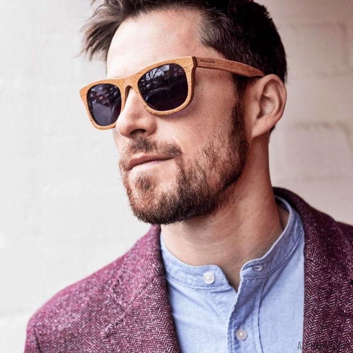 Мужчина в очках в деревянной оправе