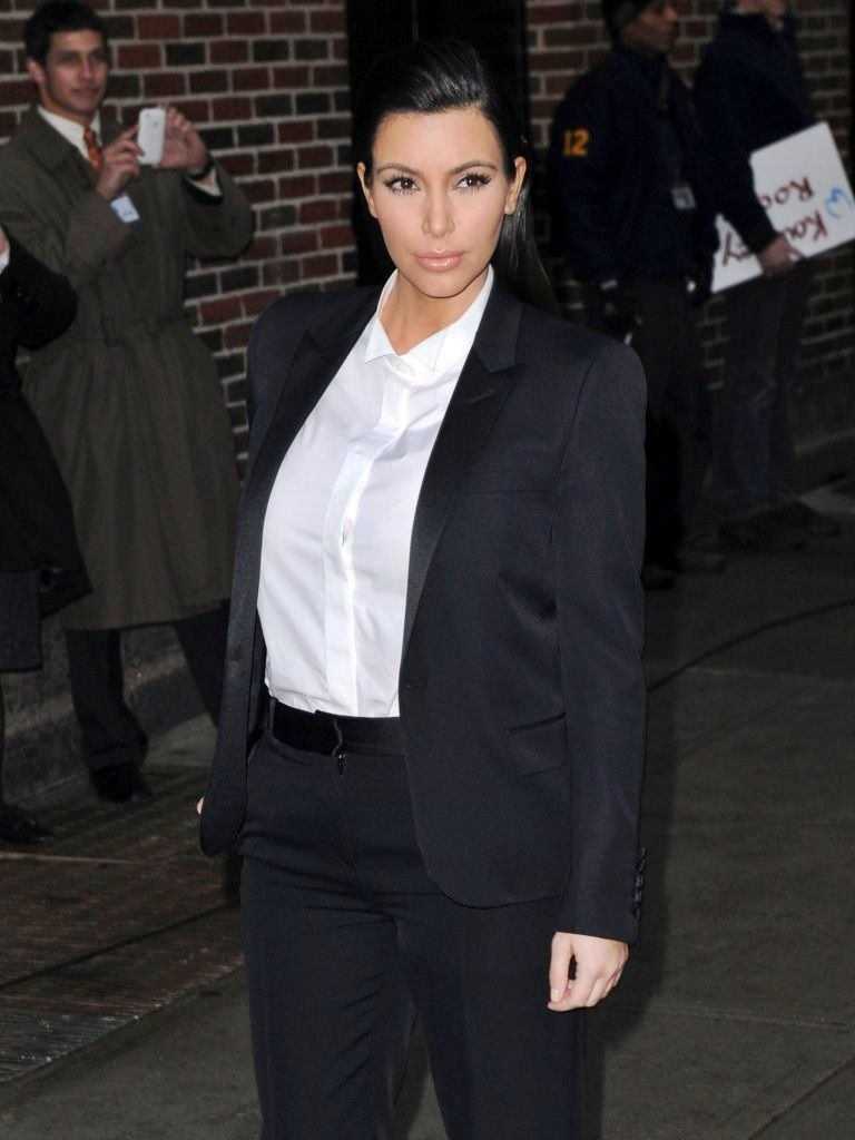 Ким Кардашьян в стиле а-ля гарсон
