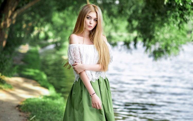 Девушка в платье салатового цвета