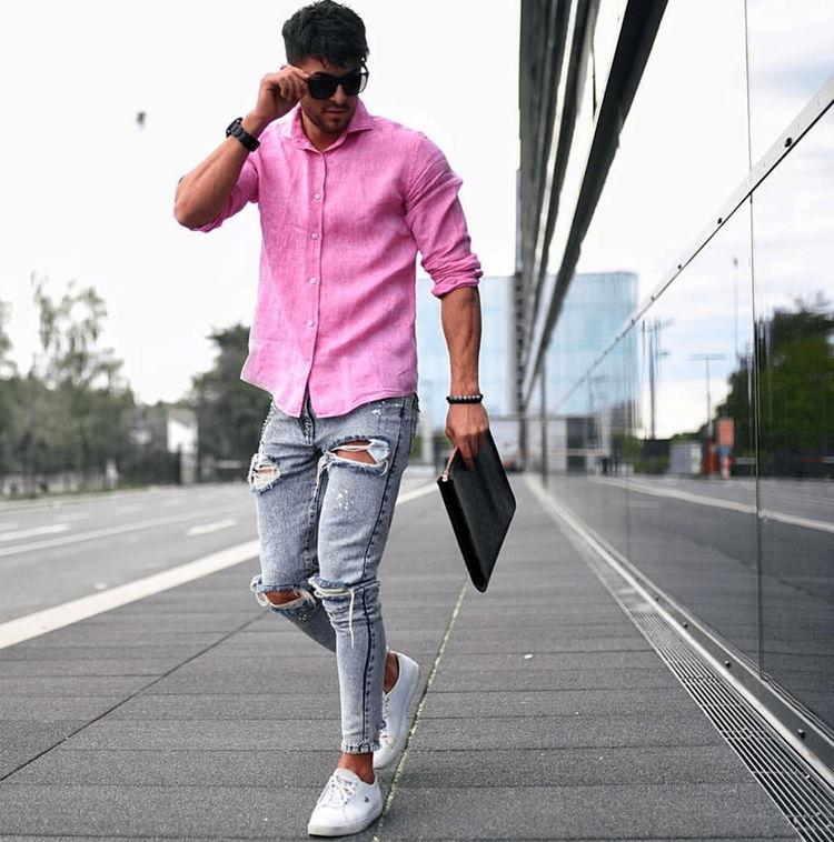 Парень в розовой рубашке