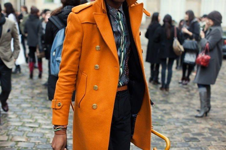 Мужчина в оранжевом пальто