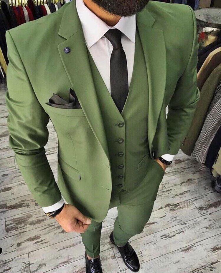 Мужчина в зеленом костюме