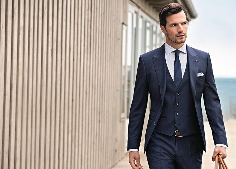 Синий мужской пиджак в деловом стиле