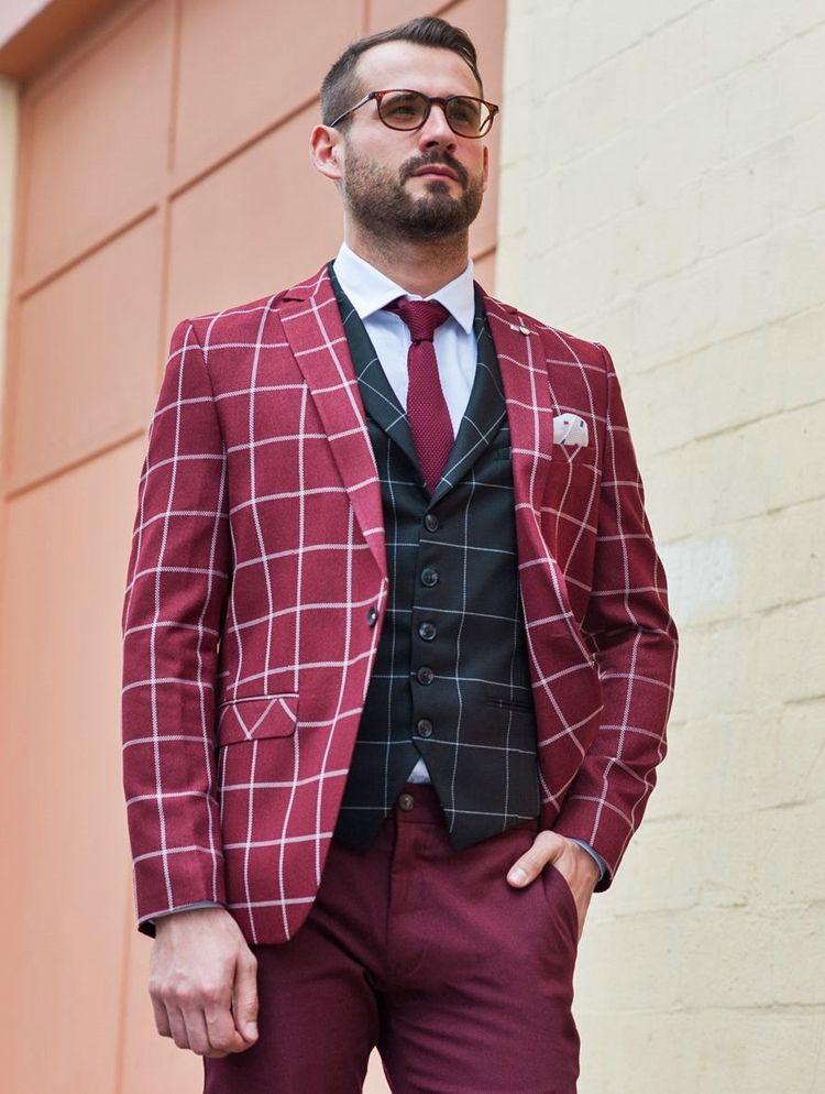 Мужчина в бордовом твидовом костюме