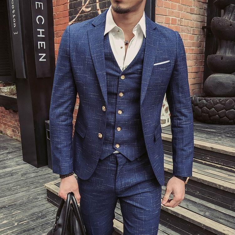 Мужчина в синем твидовом костюме