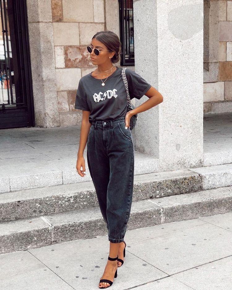 Черные брюки-бананы с футболкой - образ