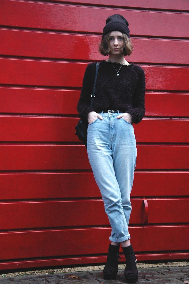 Стильный образ с джинсами-бананами для девушки